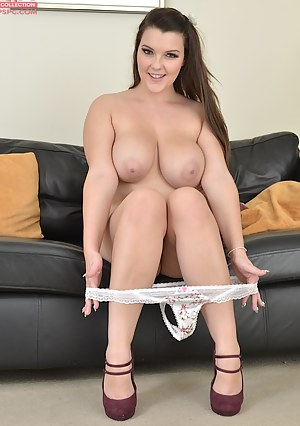 Curvy busty babe Cherry Blush fingerblasting her box.