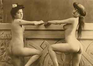 Twenties wifes showing their natural nude bodies on photo